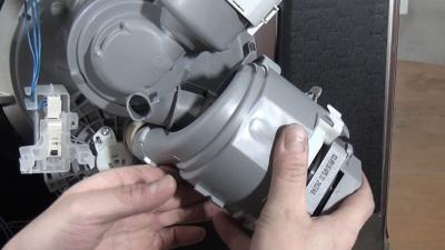 Geschirrspüler bleibt kalt: Fehler E09 - Heizpumpe wechseln (Bosch / Siemens / Neff)