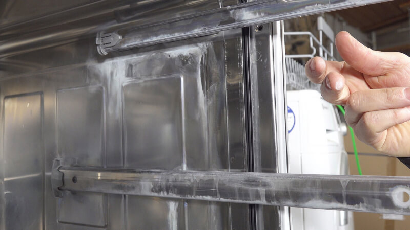 Spülmaschine mit weißem Belag: Salzbelag in der Spülmaschine