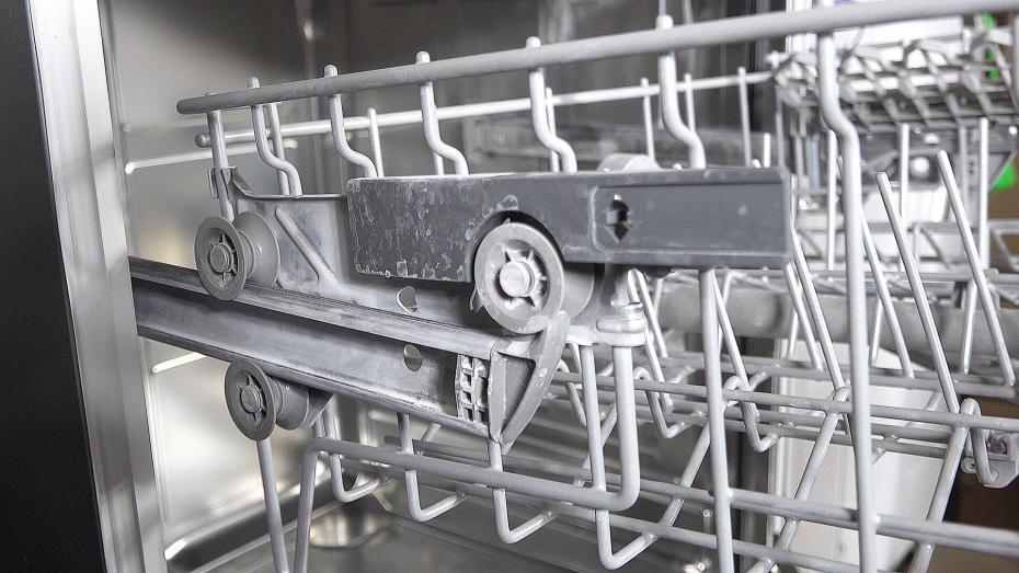 Ratgeber: Weißer Belag in der Spülmaschine – Salzrückstände oder Kalk?