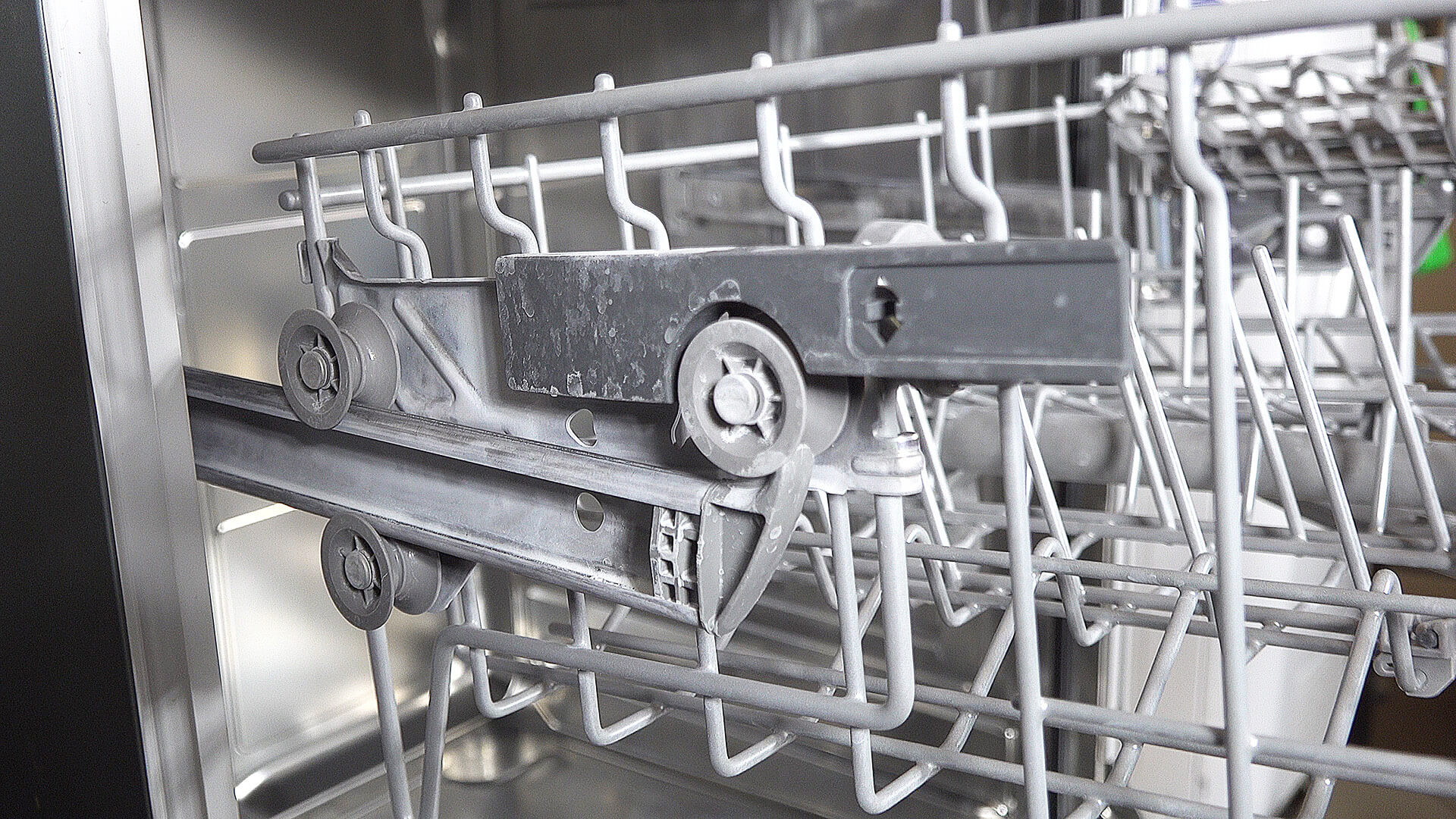 Spülmaschine: Weißer Belag – Salzrückstände oder Kalk?