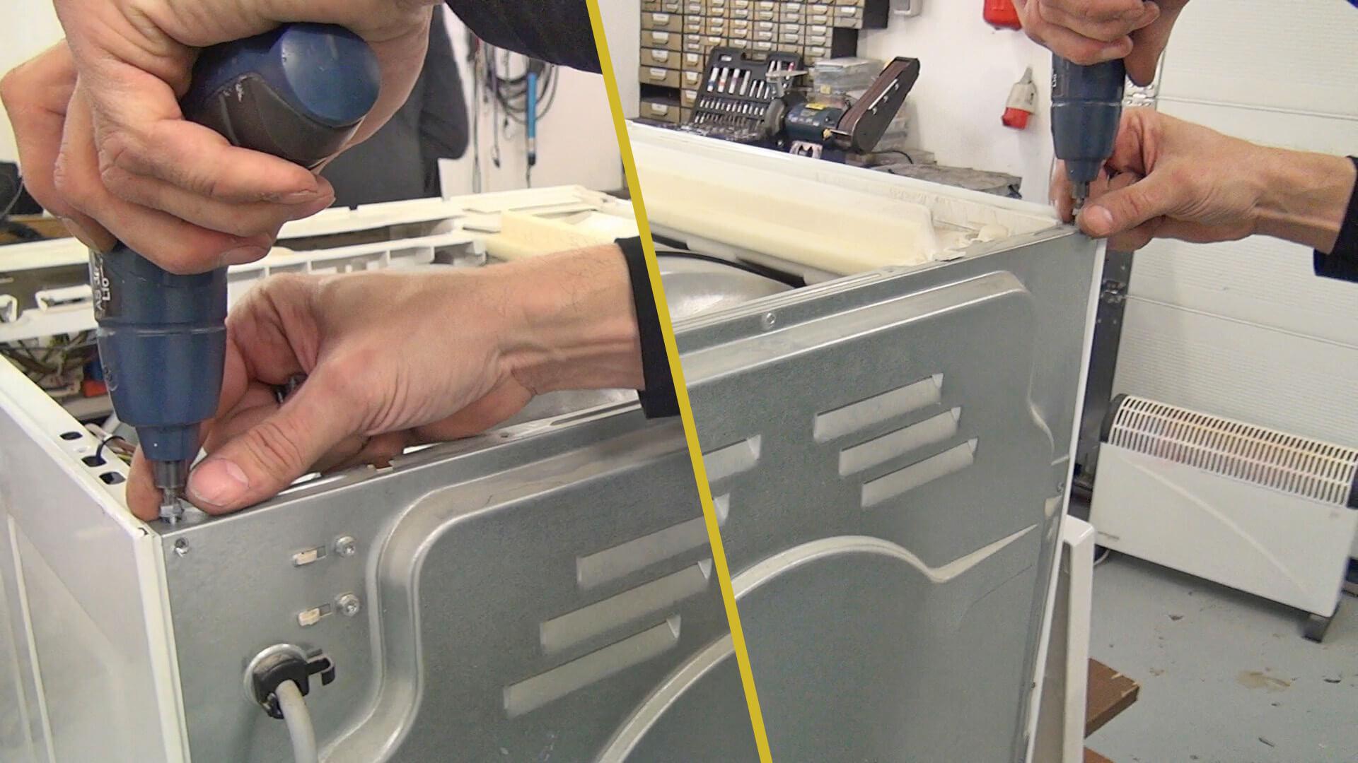 Obere Schrauben der hinteren Geräteabdeckung entfernen