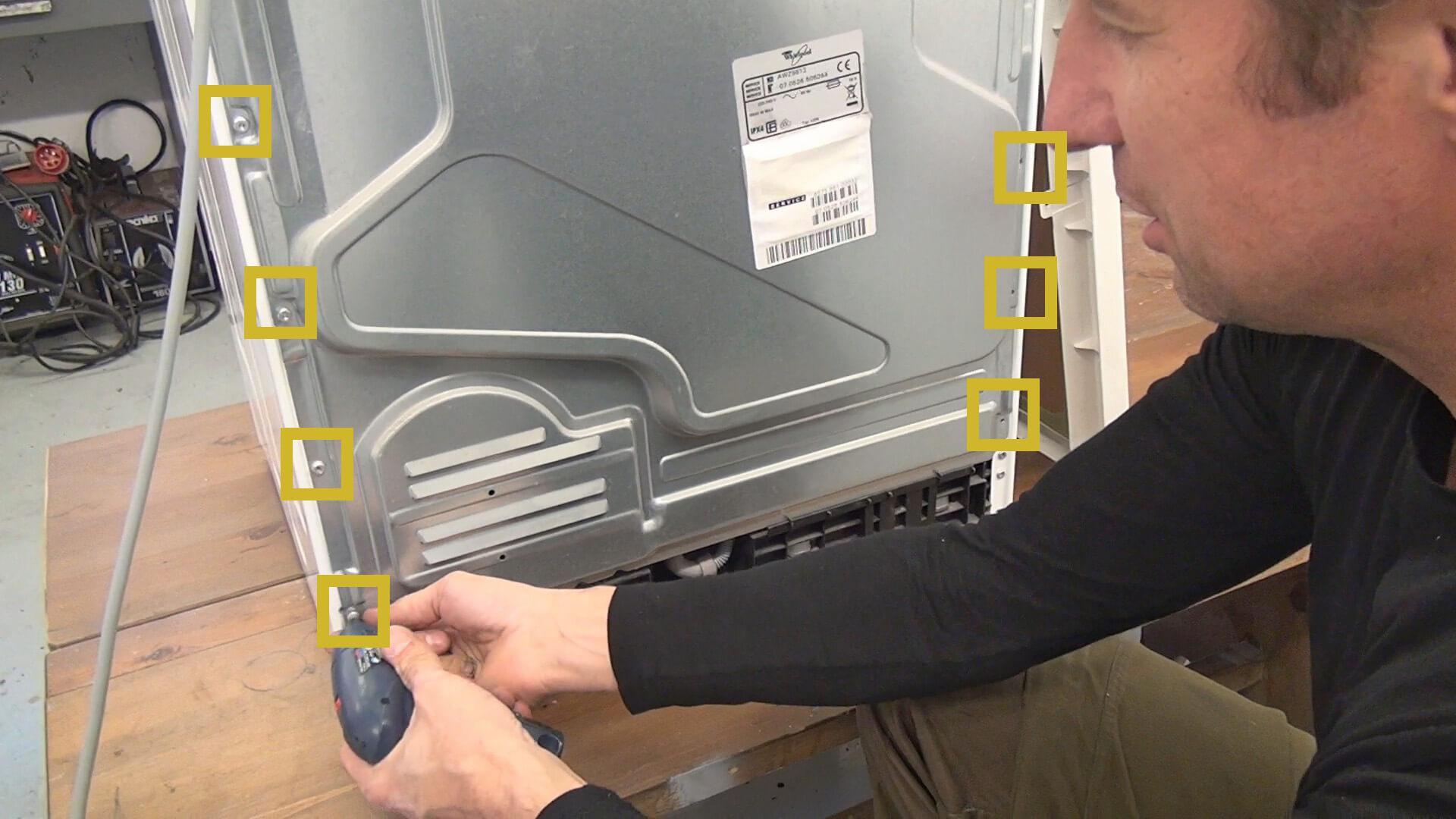 Hintere Schrauben der hinteren Geräteabdeckung entfernen