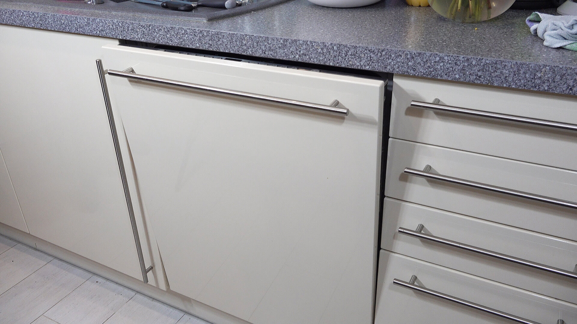 Geschirrspüler nach dem Waschen einen Spalt öffnen