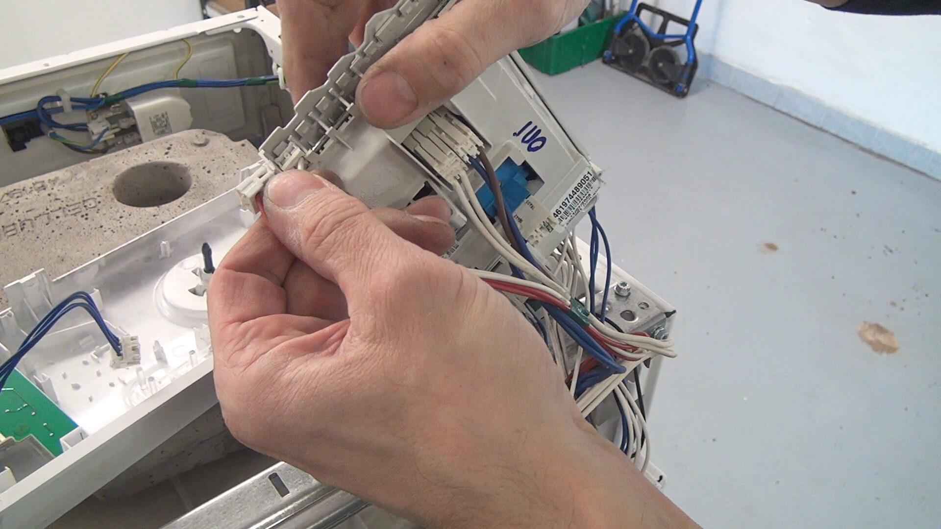 Kabelbelegung dokumentieren und Kabel der linken Seite abstecken