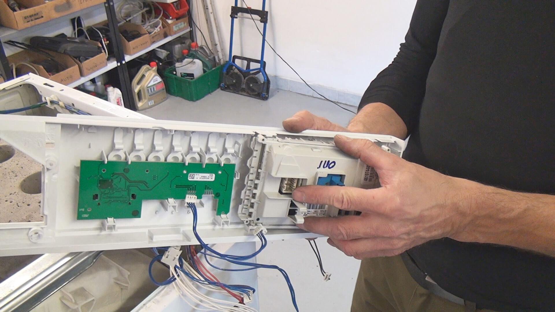 Elektronik in die Bedienblende einsetzen