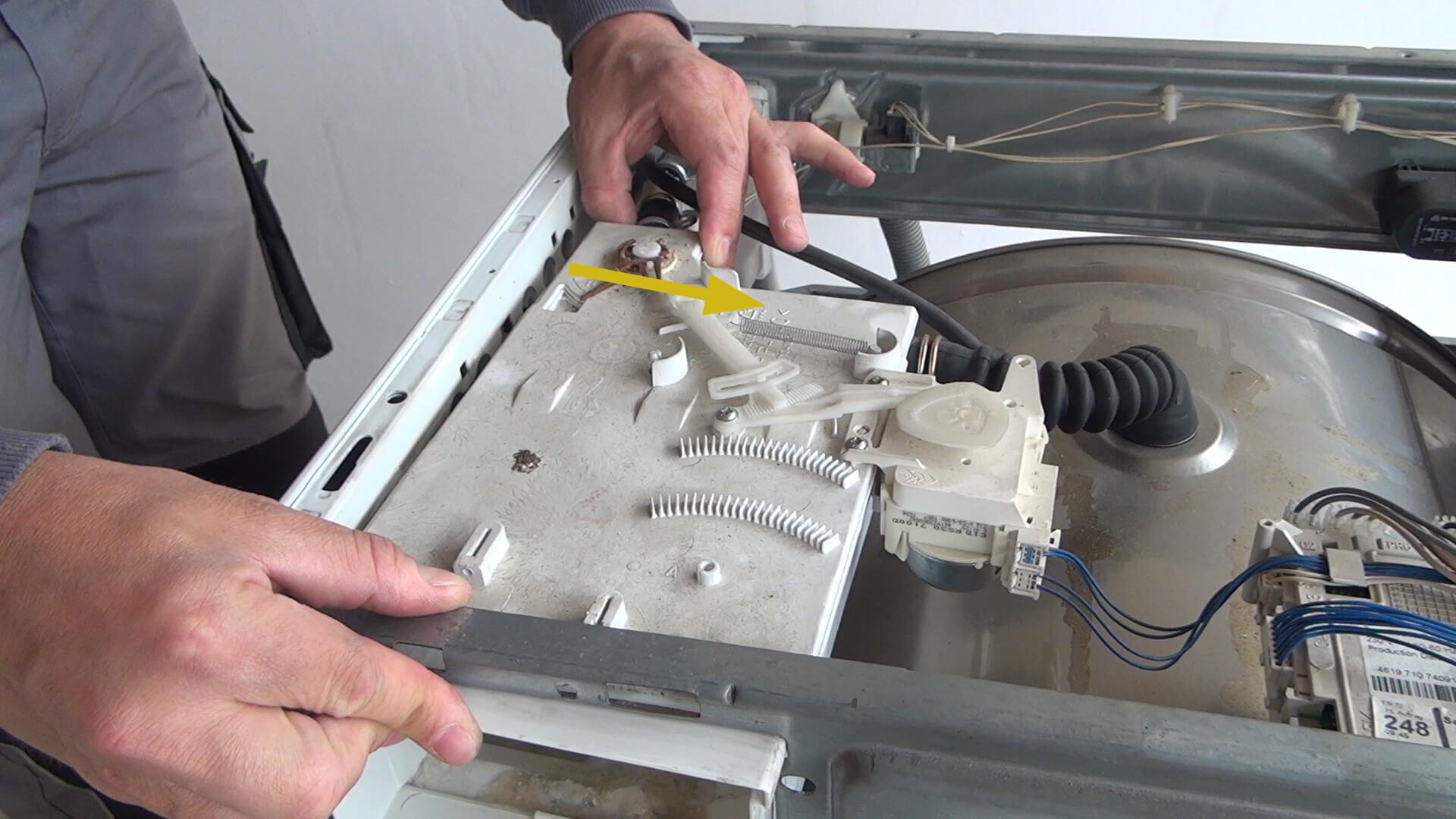 Aufnahme der Waschmittellade zur Seite drücken