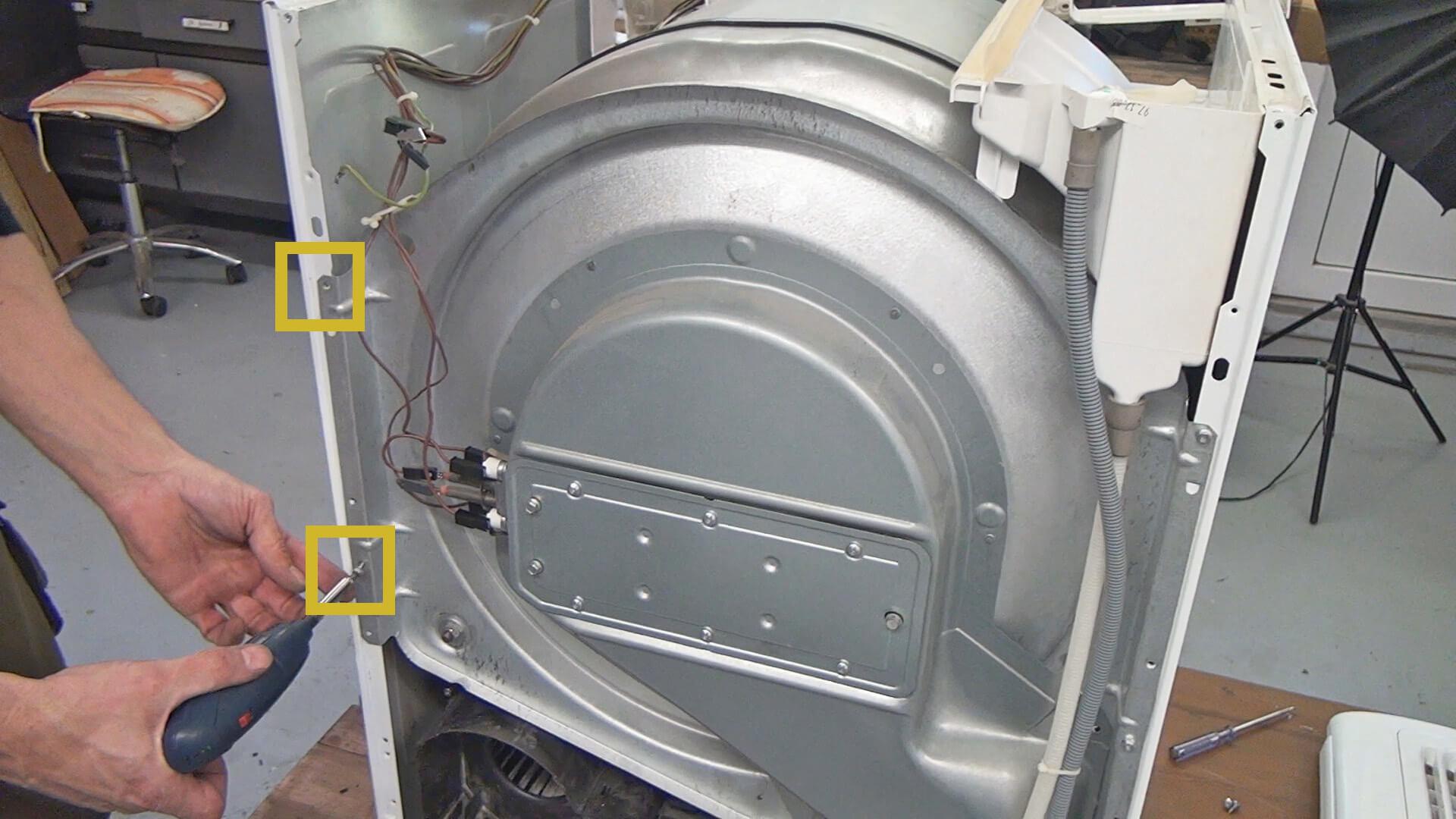 Schrauben der Trommelaufnahme auf der rechten Seite lösen