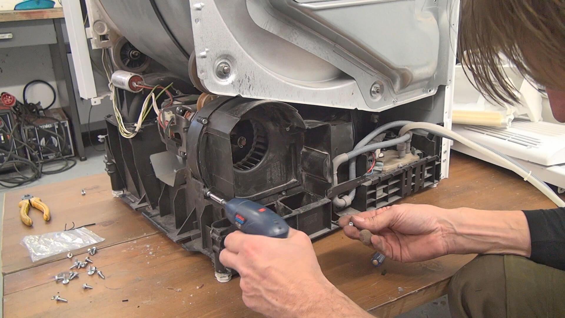 Ventilatorabdeckung aufsetzen und verschrauben