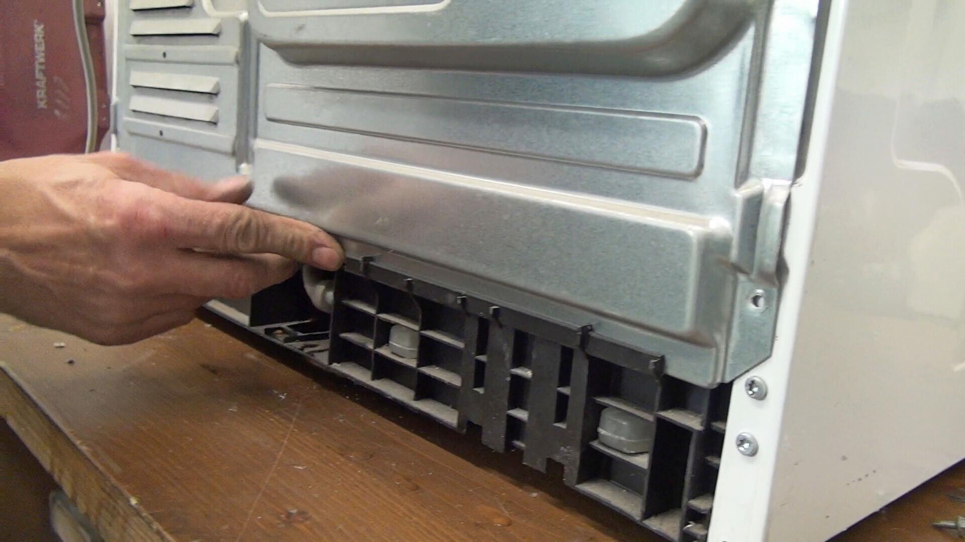 Hinteren Gerätedeckel einsetzen